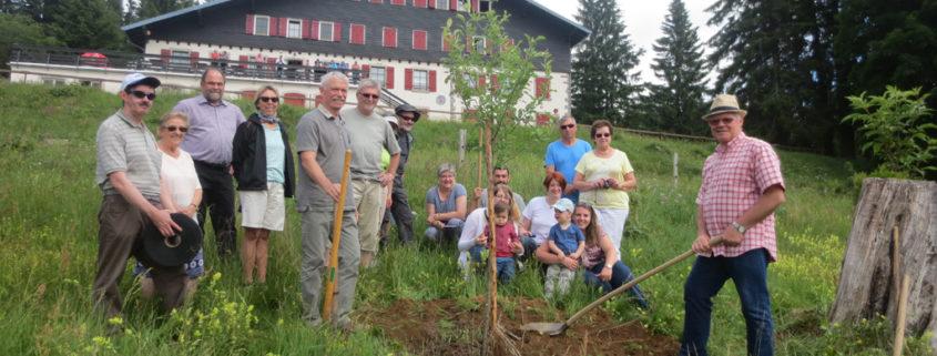 """Un arbre est planté pour l'inauguration """"Refuge LPO"""" chez les Amis de la Nature"""