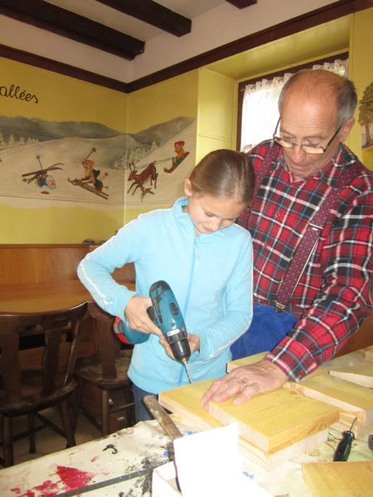 Atelier de fabrication de nichoirs chez les Amis de la Nature au refuge de la Chaume des Veaux