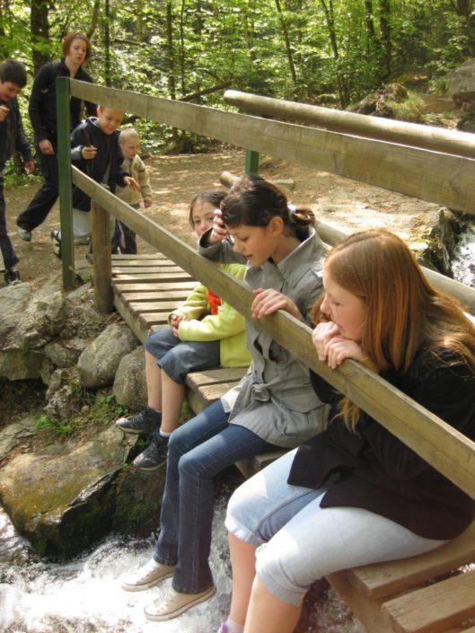 Pause lors d'une promenade des jeunes Amis de la Nature, près de la cascade de l'Andlau.