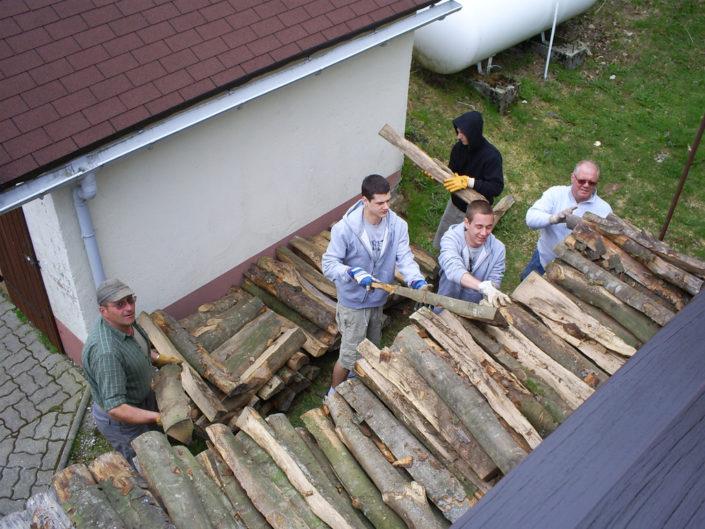 «Corvée de bois» au refuge des Amis de la Nature de la Chaume des Veaux, près du Champ du Feu, en Alsace