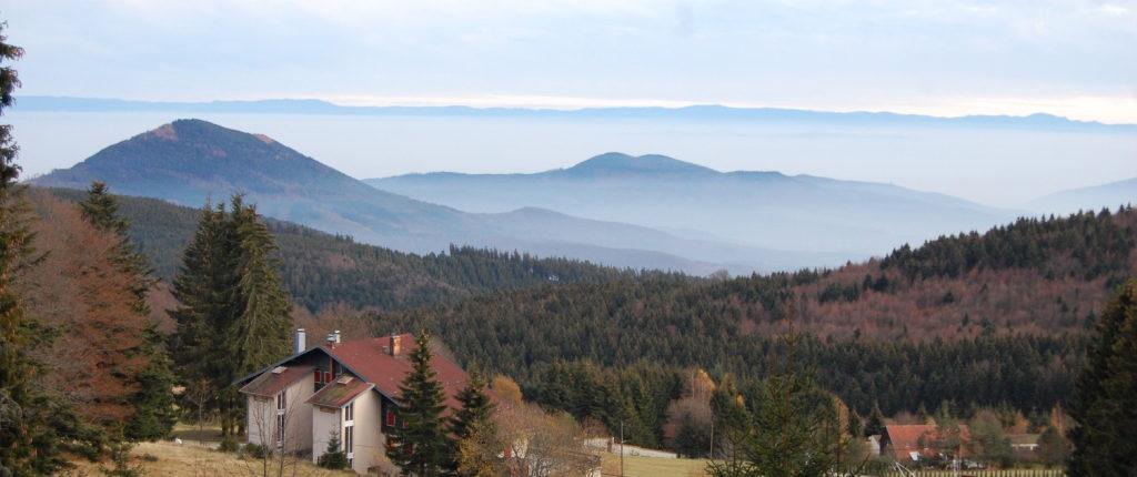Vue du refuge de la Chaume des Veaux vers l'Est et les crêtes de la Forêt-Noire