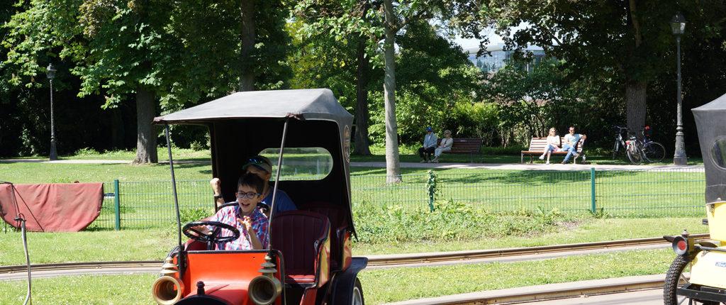 Le manège des voitures, vedette du parc de l'Orangerie