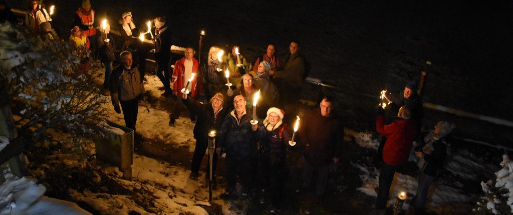 Refuge du Gruckert, 18h40. Les premiers porteurs de flambeaux ont mis à peine 40 mn depuis le village