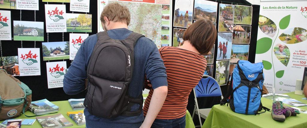 Visiteurs sur le stand des Amis de la Nature au salon «La Rentrée des associations» 2017 à Strasbourg