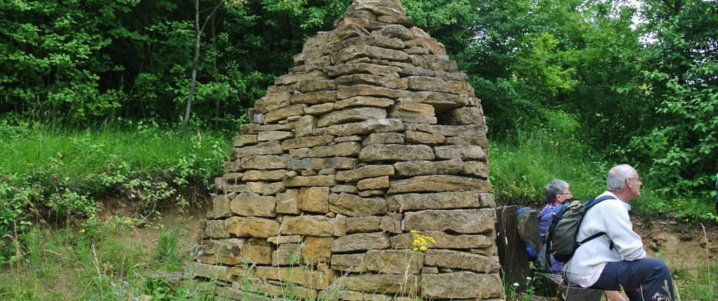 Pause devant un abri en pierres sèches typique du Bastberg